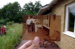 Fyra generationer. Ett gulnat foto av mina föräldrar och Peter, 9 år, fotograferat av Peter 30 år senare på den plats där det gamla fotot togs. Axel och Edvin syns t v i bilden